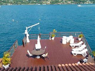 Deliciosa casa com enorme deck sobre o mar, poita para barco e 6 suites