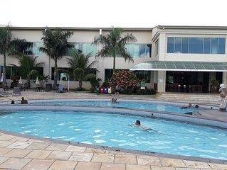 Flat  com parque aquático com 12 piscinas, inclusive uma com ondas