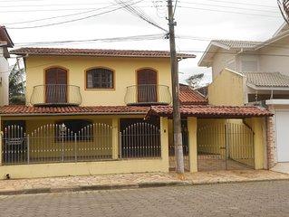 Casa com 4 suites, varanda e churrasqueira 200m praia centro.
