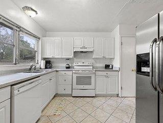 Home With Huge Yard, Modern Kitchen, 4 mi. to Nas Jax and Equestrian center