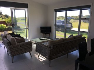 stunning 2 bedroom 2 bathroom holiday home with a kiwiana caravan for extra beds