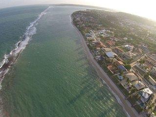 06 suites com ar a 40 mts da praia principal com piscina e salao de jogos