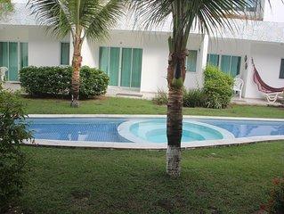 Casa, 4 quartos em condomínio c/ piscina, sauna, hidromassagem e churrasqueiras.