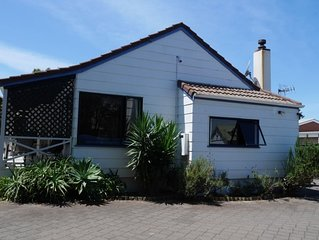 Relaxed kiwi bungalow 2 minutes walk to the beach