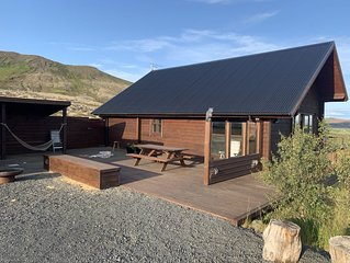 Cosy and modern Log cabin on the Golden Circle. Great view, hot tub & Sauna !