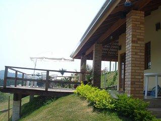 Casa de Campo com Piscina e Churrasqueira em Condomínio Fechado