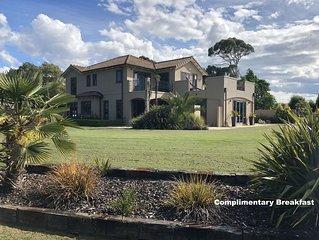 Diva deLuxe Suite - Dry Hills Estate with Breakfast
