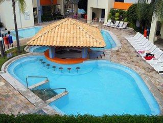 Prive das Caldas, 8 piscinas, sauna, 2 quartos com ar, ate 6 pessoas, garagem