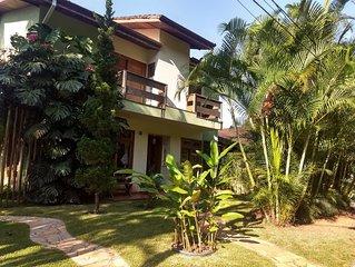 Casa em condomínio fechado, rodeada por natureza exuberante e rios para banho