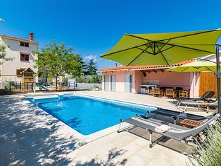 Family apartment with private heated salt-water pool in Fazana