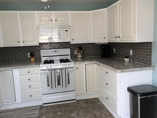 Newly Renovated Lake House with Fantastic Views of Lake Erie/Walking distance aw