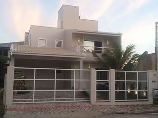 Linda casa no centro de Garopaba e a 100 metros da praia central.