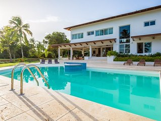 Chic Modern Villa, Large Swimming Pool, Jacuzzi, Housekeeping, Large Yard, AC, F