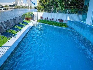 SPACIOUS HOME FOR FAMILY GROUPS - A SHORT WALK TO THE HEART OF BROADBEACH