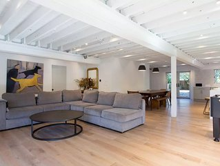 Spacious + modern: perfect for families, business gatherings, film shoots. 3bdrm