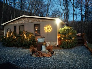 Fun & Funky Mountainside Cabin~Minutes to Town/Campus~Great Views~Good Karma:)