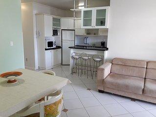 Apartamento claro, agradável e a 50 metros da praia de Canasvieiras