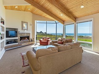 Oceanfront house with deck, private hot tub, WiFi, good for couples