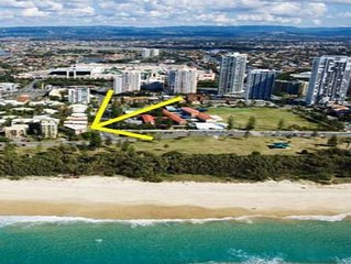 Broadbeach, Great Location across road to Beach
