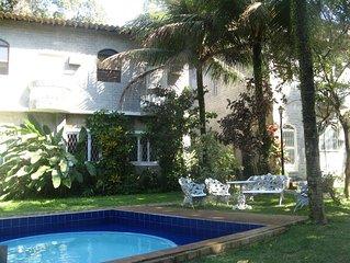 Apartamento com serviço de quarto há 10 min. da praia da Barra e do Riocentro.