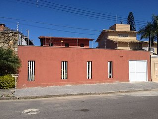 Casa a 40 m da praia da Enseada com  3 suítes, acomoda 12 pessoas.