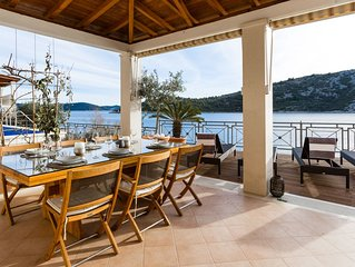 Amazing 3 bedroom, SEASIDE apartment, 25 minutes from Split Airport
