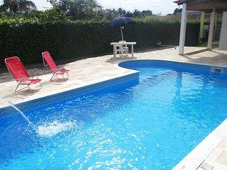 Casa de praia com piscina e churrasqueira.