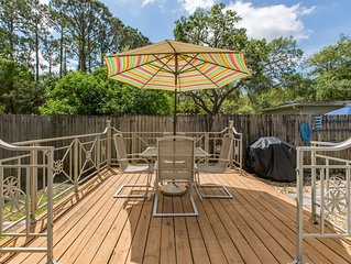 Adorable Pool Bungelow centrally located close to Green Key Beach, pet friendly