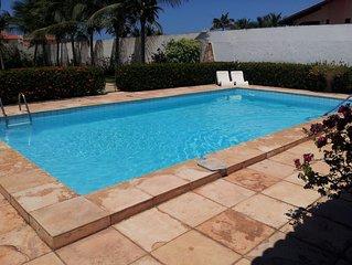 Linda casa com ótima área de lazer, a 500mt do beach park e da praia.
