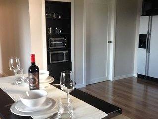 Large Bright Mountain Side Suite on 2nd Story Close To Royal Roads, Beach And Go