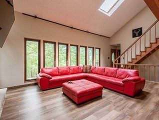 Modern Rustic Lodge! Walking distance to Ski Slopes6 TVs, Linens, WiFi, A/C