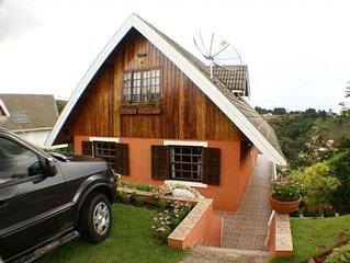 Chalé Familiar  Aprazível - com  bela vista , jardim e pista p/ caminhadas.