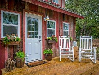 Cozy Cabin 'Little Red Hen' 12 min to Magnolia