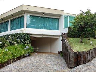 Exuberante casa com 5 dormitorios  em Alto Capivari, para ate 14 pessoas