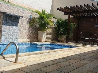 CASA TEMPORADA DANIEL- A 3 minutos do parque, piscina, ar, Wi-Fi, bilhar e TV.
