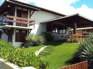 Muito charme e conforto c/ vista p/ o mar. Belo jardim c/ piscina - 04 suites.