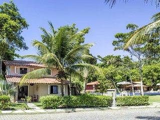 Linda casa em condomínio fechado a 100 metros da praia e próximo ao centro