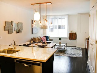 Manhattan in minutes! Luxury, location and FREE parking