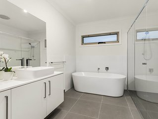 NEW Inner Melb Luxury Modern Grand Holiday House - Great location, Parking, Wifi
