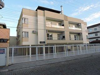 Apto 2 quartos centro de Bombinhas a apenas  120/150 mts da praia / REFORMADO