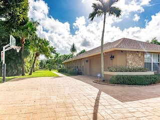 Beautiful Spacious Wellington Pool Home Near, 3 Minutes to WEF