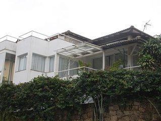 Casa ampla , com vista panorâmica , a 300 metros da Vila – 3 quartos (01 suite)