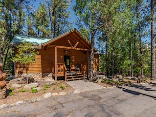 'Spurs and Lace' cabin with indoor jacuzzi- a perfect romantic getaway for 2!