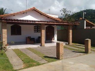 CASA COM PISCINA E INTERNET Condomínio fechado, em frente à praia de Massaguaçu.