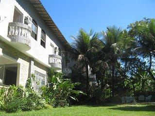 Apartamento com servico de quarto ha 10 min. da praia da Barra e do Riocentro.