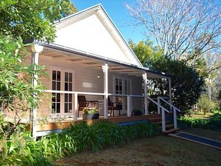 Curtis Falls Cottage. Romantic Getaway with luxury inclusions, a fire and a Spa