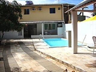 Casa com ótima localização a 150 metros das piscinas naturais e do centro.