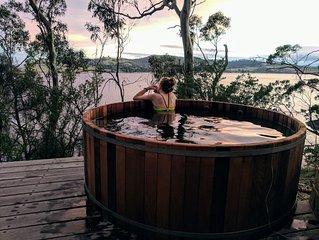 AERIE retreat. Hot tub, sauna, fire, private, waterfront, nature.