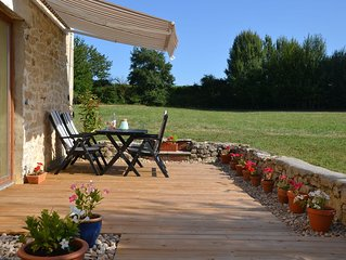 Restful and relaxing holiday cottage in Bordeaux wine country with swimming pool