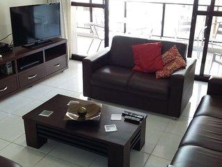 Confortável, ar cond.e tv nos 3 dorm. e sala, NET, WI-FI,2 GAR.,.200 mts do mar